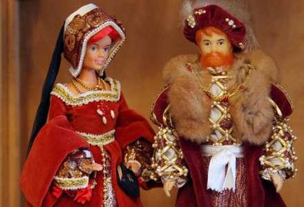 Modely historických šatů na panenkách Zdeňky Mudrákové