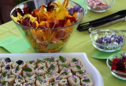 Jedlé květy součástí food stylingu