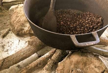 Pražení kávy na historické pražičce