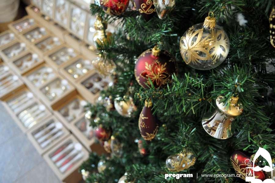 Prodejní výstava skleněných vánočních ozdob