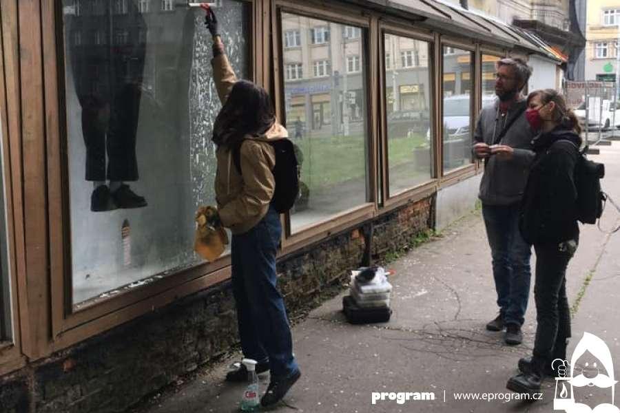 Umělecký projekt ve vitrínách Ostravice-Textilie