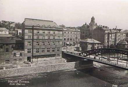 Most Miloše Sýkory. Své současné jméno most získal podle legendy o Miloši Sýkorovi. Dne 30. dubna 1945 vjely tanky 1. československé samostatné tankové brigády do středu města a přes tento most chtěly pokračovat do Michálkovic a Hladnova. Nacisté ovšem most podminovali, aby zabránili Rudé armádě v postupu. Podle jedné z verzí, prosazované především poválečnou komunistickou vládou, zachránil most tehdy čtyřiadvacetiletý soustružník Miloš Sýkora. Miloš Sýkora, člen komunistické mládeže, a jeho přítel Olšák se dobrovolně přihlásili, že přestřihnou dráty vedoucí k náložím. To se jim také podařilo a most byl zachráněn, avšak Sýkora byl při ústupu zastřelen. Tuto po dlouhá léta oficiální verzi záchrany mostu připomíná kromě jména mostu také pomník na slezské straně řeky, jehož autorem je Konrád Babraj. Podle předsedy heraldické komise ostravského magistrátu Petra Kalety je však nejisté, jak vlastně k záchraně mostu došlo. Také podle kronikáře města Martina Juřici jsou okolnosti záchrany mostu a podíl Miloše Sýkory