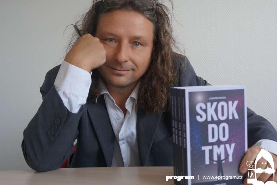 Lubomír Kirman se svou knihou Skok do tmy