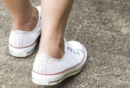 Žena v pátrání odešla z prodejny v nových botách bez zaplacení
