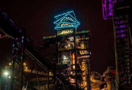 Bolt Tower se ve středu rozsvítí v barvách trikolory