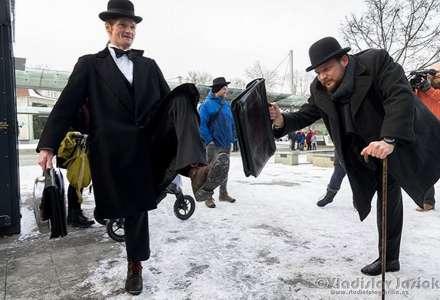 Fotografie z Mezinárodního dne Švihlé chůze (Silly walk)